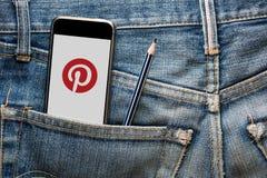 TAILANDIA - 13 de julio - Smartphone que abre el uso de Pinterest en la pantalla, en bolsillo de la mezclilla del jenim con el lá Foto de archivo libre de regalías