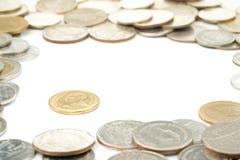 Tailandia dos monedas del baht, las monedas de cobre amarillo tailandesas fue rodeada por tailandés Fotografía de archivo libre de regalías