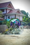 TAILANDIA, KOH SAMUI, el 4 de abril de 2013 Thais lleva Imágenes de archivo libres de regalías