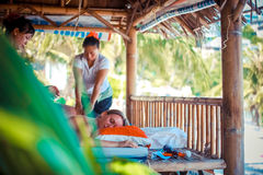 Tailandia, Koh Samui, el 4 de enero de 2016 Día en balneario de la playa Mujer tailandesa que hace masaje Fotos de archivo