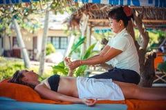 Tailandia, Koh Samui, el 4 de enero de 2016 Día en balneario de la playa Mujer tailandesa que hace masaje Imagenes de archivo