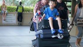 Tailandia, Koh Samui, el 19 de enero de 2016 Los viajeros que tiraban de la maleta del terminal de aeropuerto llegaron en Koh Sam metrajes