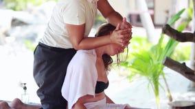 Tailandia, Koh Samui, el 4 de enero de 2016 Mujer tailandesa que hace el masaje, mujer relajante joven en salón del balneario en  metrajes