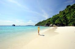 Tailandia. Muchacha hermosa en amarillo en la playa Fotos de archivo