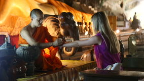 Tailandia, Phuket - 19 de febrero de 2017: Templo de la cueva con un Buda de mentira Wat Suwan Khuha El monje conduce el ritual metrajes