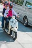 TAILANDIA PHUKET 20 de marzo de 2018 - los pares de la gente indonesia montan en un ciclomotor en la calle foto de archivo