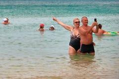 TAILANDIA, PHUKET, el 23 de marzo de 2018 - los pares, el hombre y la mujer mayores toman el selfie contra el mar tropical Copie  imagen de archivo