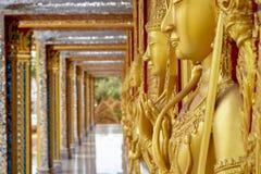 Tailandia que sorprende, arcos de las iglesias de las paredes de las estatuas de la arquitectura en Wat Tha Sung fotografía de archivo libre de regalías