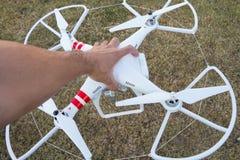 TAILANDIA UDONTHANI - 24 de diciembre de 2014: Mano que lleva a cabo el helicopt del abejón Imagen de archivo