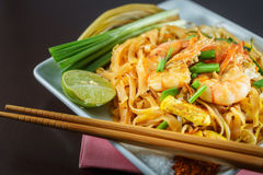 Tailandês legal é Fried Noodles que cozinha com camarão Imagem de Stock Royalty Free