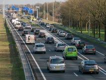 Tailback under rusningstid på motorvägen, Nederländerna Arkivfoton