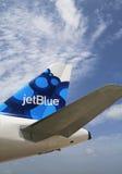 Tailfin mirtilo-inspirado A320 do projeto de JetBlue Airbus em Owen Roberts International Airport em Grande Caimão Foto de Stock Royalty Free