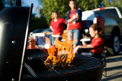Tailgating: Η άνοδος φλογών ως ξυλάνθρακας είναι Prepped για το μαγείρεμα στοκ φωτογραφία