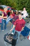 Tailgating: Η χαμογελώντας ομάδα περιμένει Tailgate τα τρόφιμα Cook στοκ εικόνες
