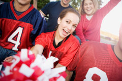 Tailgating: Amici che incoraggiano per la squadra di football americano immagine stock libera da diritti