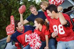 Tailgating: Amici pronti a andare partita di football americano dell'orologio fotografia stock libera da diritti