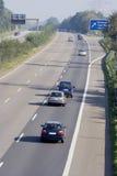 Tailgating auf einem dreispurigen Autobahn Stockbild