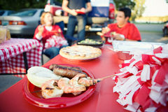 Tailgating: De Snackvoedsel van het voetbalspel van Geroosterde Garnalen en Sausa stock foto's