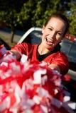 Tailgating: Frau, die Poms-Beifall für Team hält Stockfoto