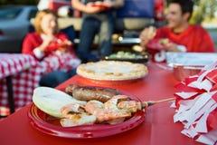 Tailgating: Fußballspiel-Snack-Food der gegrillten Garnele und des Sausa Lizenzfreies Stockbild