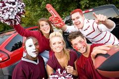 Tailgating: Grupp av högskolestudenter som är upphetsade för fotbolllek arkivfoto