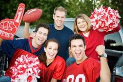 Tailgating: Gruppe Fußballfane zujubelnd für Team Stockfoto