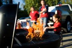 Tailgating: L'aumento delle fiamme come carbone è preparato per cucinare fotografia stock