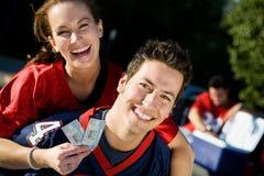 Tailgating: Lachende Paare bereit zum großen Spiel Lizenzfreies Stockfoto