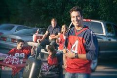 Tailgating: Mannelijke Voetbalventilator die de Grill werken bij Partij stock afbeeldingen