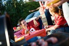 Tailgating: Mens die aan Vriend spreken terwijl het Wachten op Partijvoedsel stock foto's