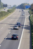 Tailgating op een three-lane autobahn stock afbeelding