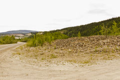 Tailingshög på guldgruvaliten vik Arkivbild