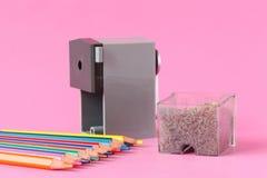 Taille-crayons avec des crayons de couleur Images stock