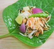 Taille de morsure enveloppée par feuille de bétel d'apéritif thaïlandais image stock