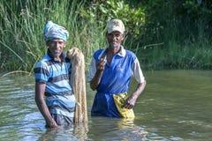 Taille de pêcheurs profondément dans la lagune de Pottuvil dans Sri Lanka images stock