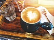 Taille de portion de café d'art de latte de coeur d'amour Photographie stock libre de droits
