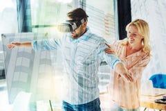 Taille des collègues optimistes employant les verres virtuels photographie stock