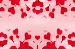Taille différente de coeurs de papier rouges et roses sur le fond rose Contexte de Valentine Day Image libre de droits