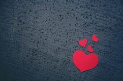 Taille différente de coeurs rouges sur un fond noir - symbole de l'amour et du fond de jour de valentines Endroit pour écrire le  Photo libre de droits