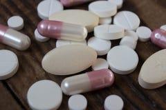 Taille différente de macro pilules blanches Photos libres de droits