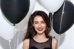 Taille omhoog van een het glimlachen model met ballons stock afbeelding