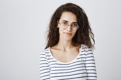 Taille-op schot van leuk slim krullend-haired meisje die in ronde glazen, kunnend om het even welke riddle of kwestie oplossen ru stock foto's