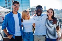 Taille vers le haut de tir d'étudiant international sur la terrasse Photos libres de droits