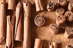 Tailles de bâtons de cannelle différentes Images libres de droits