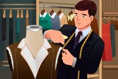 Tailleur ajustant des vêtements sur un mannequin Image libre de droits