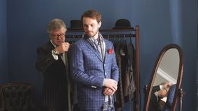 Tailleur avec le client dans l'atelier Costume fait sur commande de couture banque de vidéos