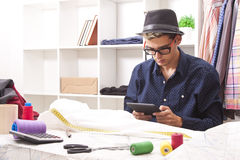 Tailleur dans un atelier de textile Photographie stock