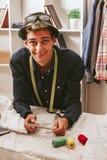 Tailleur dans un atelier de textile Images stock