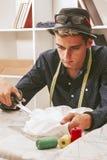 Tailleur dans un atelier de textile Image libre de droits