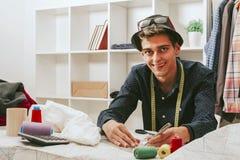 Tailleur dans un atelier de textile Photos libres de droits